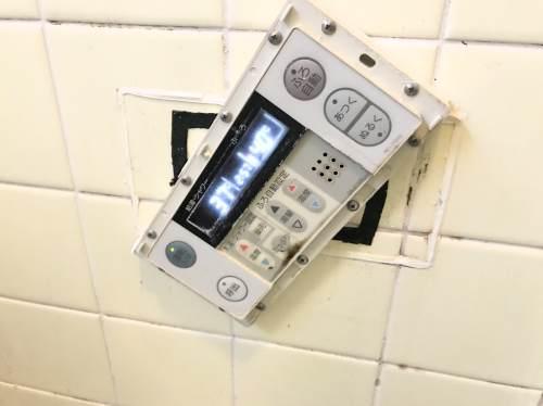 古い給湯器のお風呂場リモコン